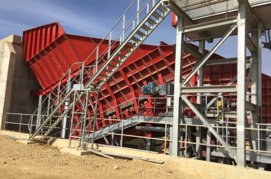 AUMUND-Arched-Plate-Conveyor-in-the-Transkom-quarry_2
