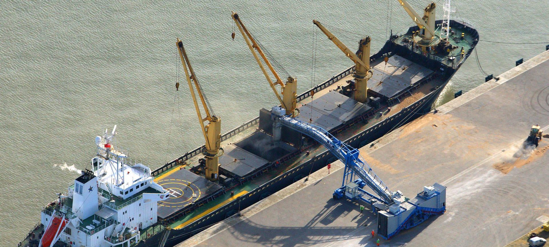 Mobiler SAMSON Schiffsbelader im Hafen