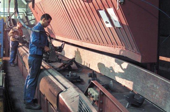 Degating and sorting conveyor