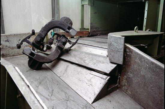 Handling of large castings