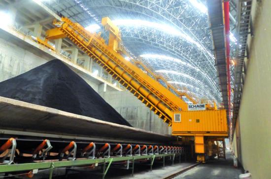 SCHADE Semi-Portal Reclaimer in operation with iron ore (example, photo SCHADE)